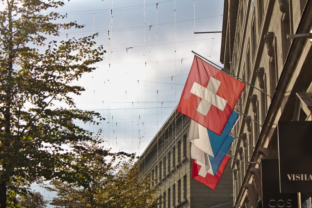 Zürich: Die Schweizer Flagge winkt einem von vielen Häusern entgegen.