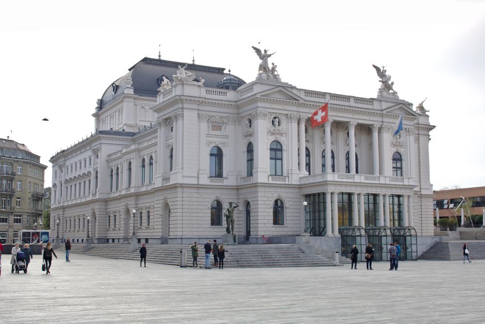 Das Operngebäude der Stadt Zürich.