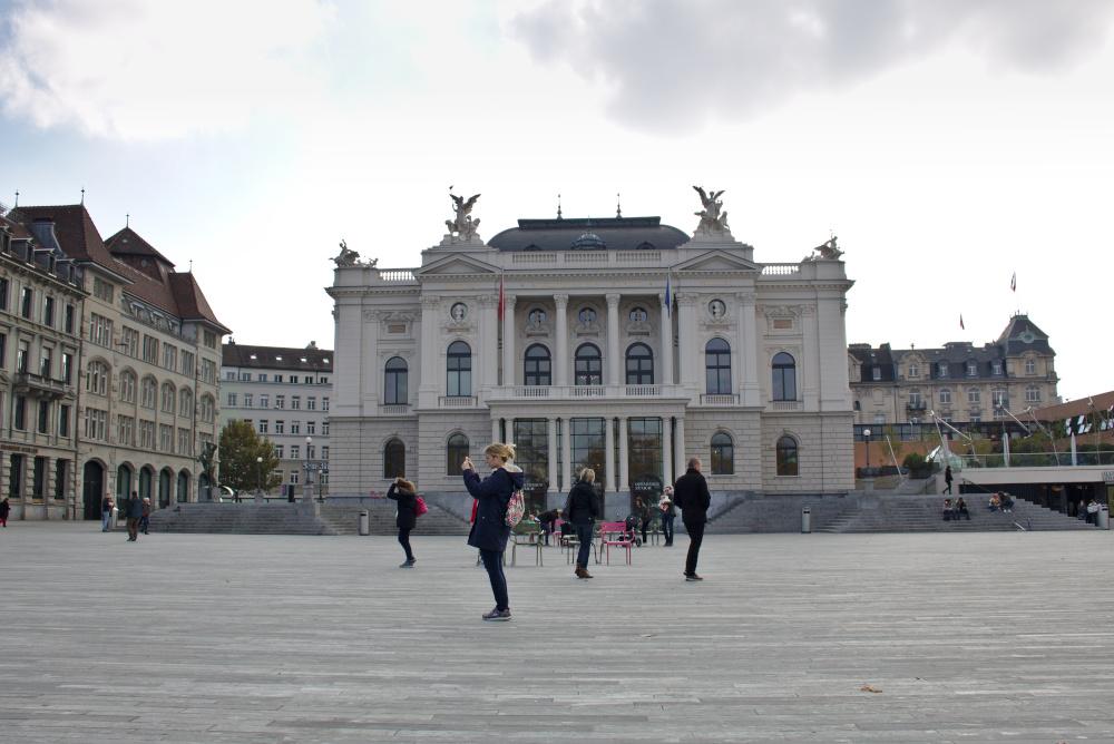 Zürich Oper Viele bunte Stühle stehen am Sechseläutenplatz bereit.