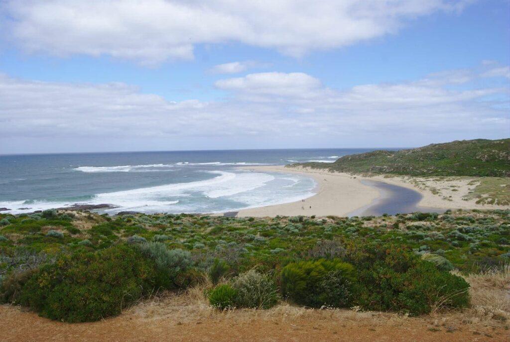 Aussicht auf den Strandfluss und das Meer