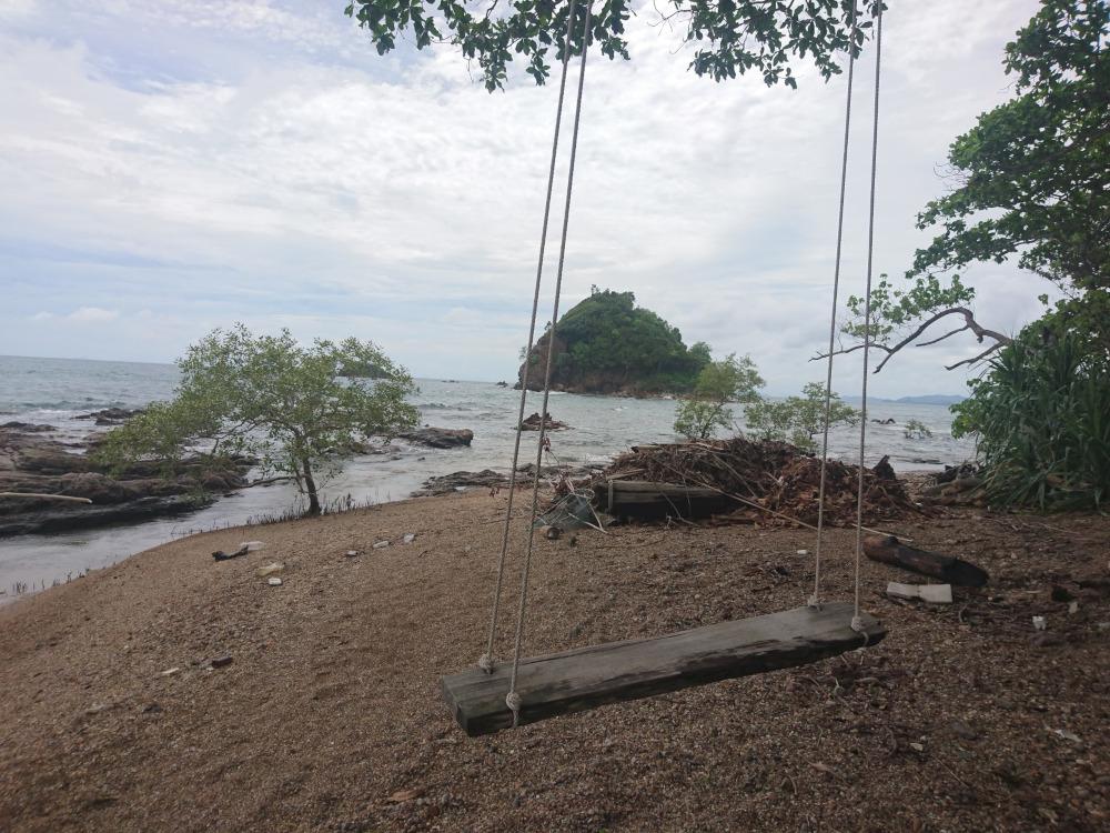 """Thailand Koh Lanta Die Panorama-Schaukel im """"The Rocket Beach Bar"""" ist eine echte Sehenswürdigkeit"""