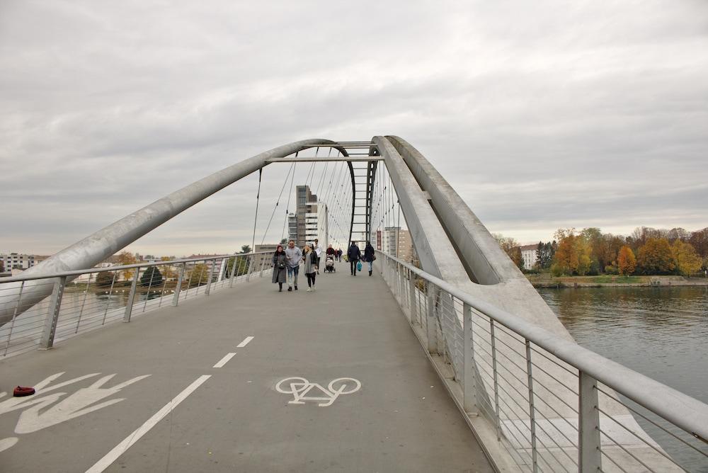 Die Dreiländerbrücke verbindet Deutschland mit Frankreich.
