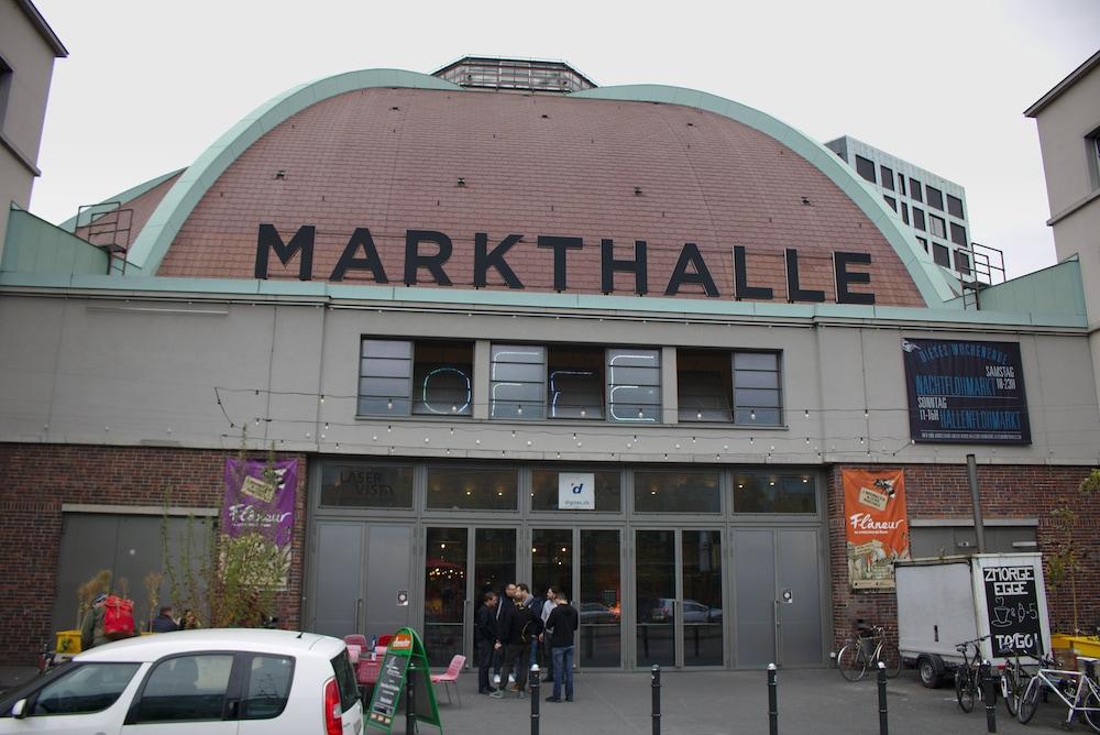Die Markthalle mit ihrem mächtigen Kuppelbau. Von außen…