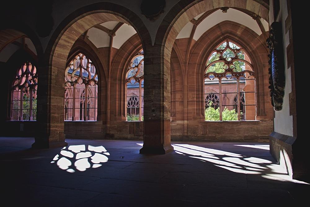 Im Innenhof des Münsters finden sich interessante Schatten-Licht-Spiele.