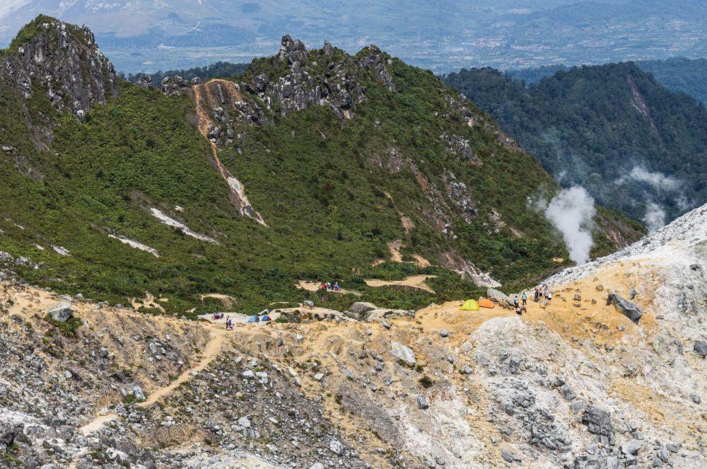 Indonesien Insel Sumatra Zelte am Kraterrand des Sibayak aufgebaut