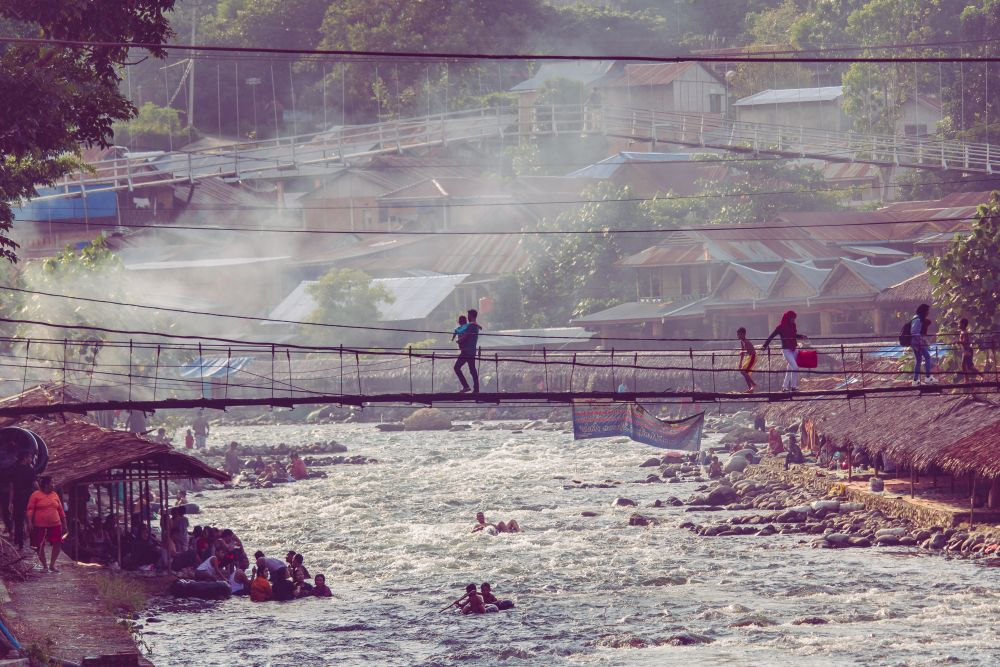 Indonesien Insel Sumatra Der lebhafte Fluss, der durch Bukit Lawang fließt
