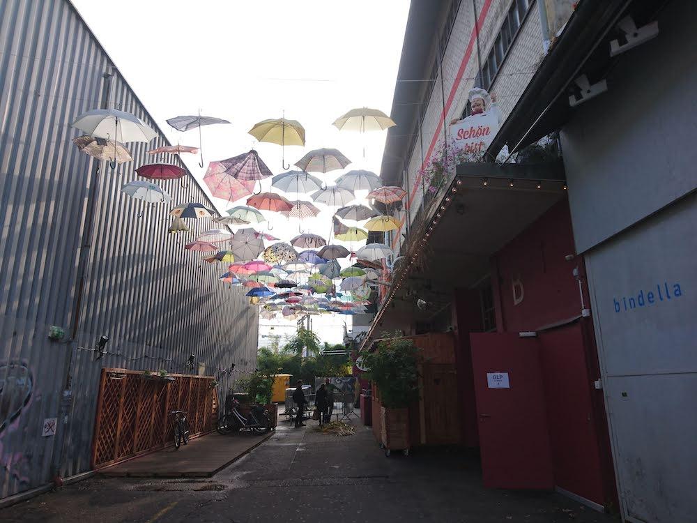 Zürich West: Die bunten Regenschirme leuchten einem aus der kleinen Gassen entgegen.