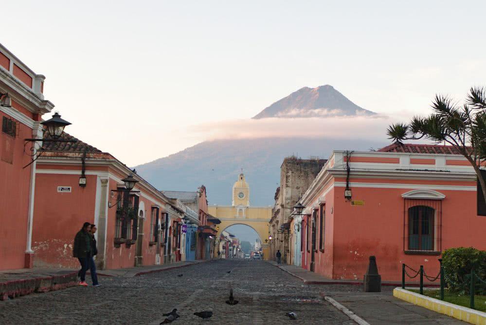 Alte Stadt Antigua Guatemala am Morgen