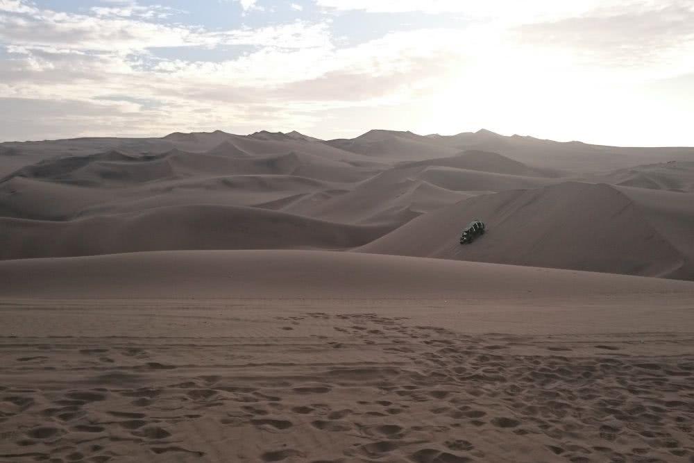 Peru huacachina Es geht die Sanddünen hinauf und wieder steil hinab