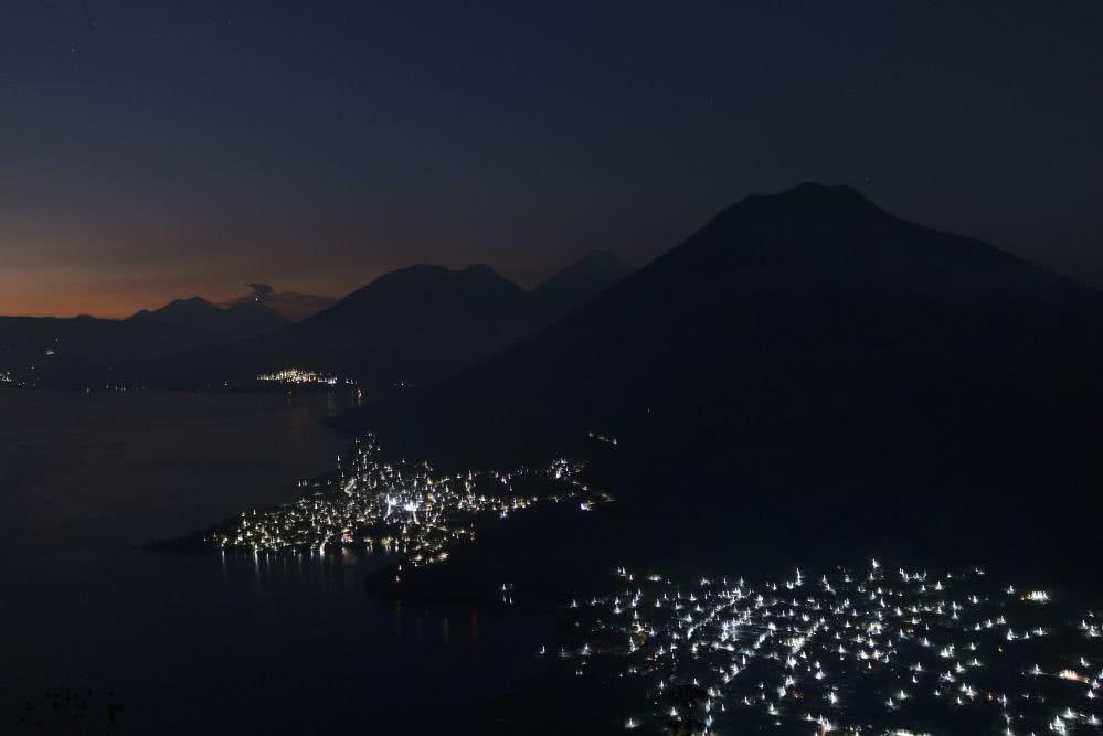 Vom Indian Nose Vulkan aus leuchtete die Stadt in der Ferne (aber noch recht dunkel)