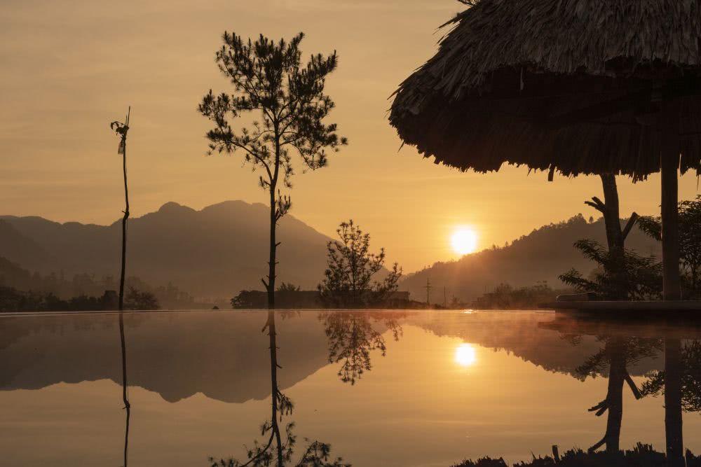 Sonnenaufgang in Lanquin am frühen Morgen am Pool