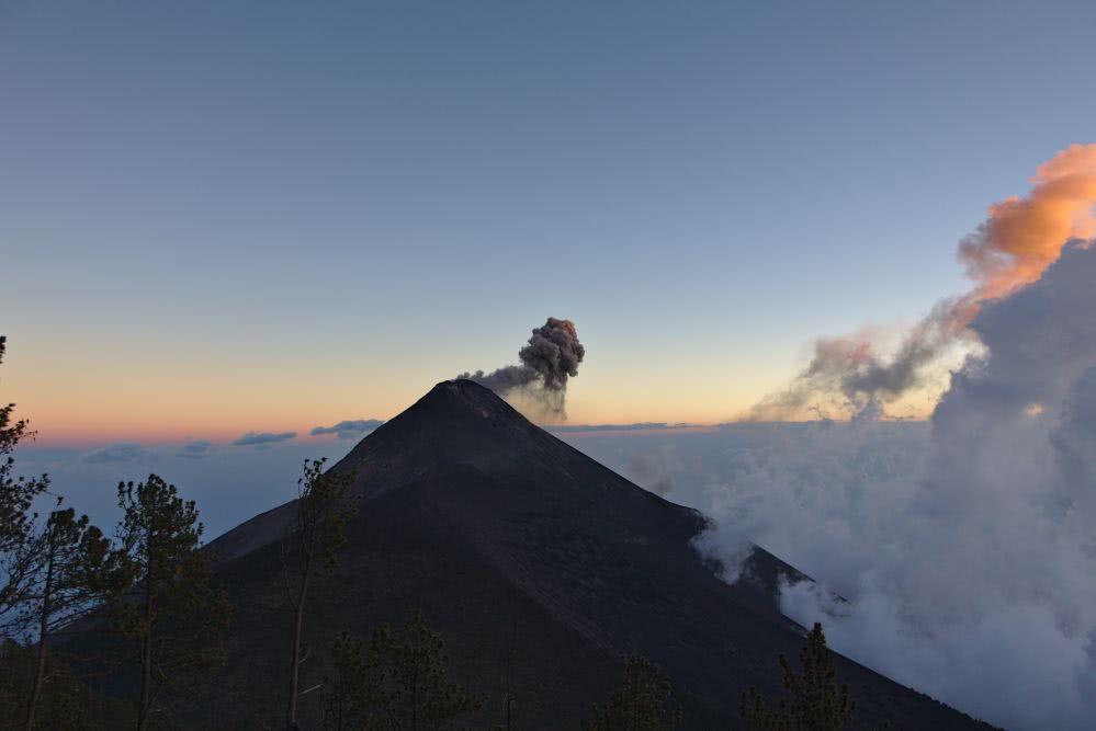 Guatemala Im tollen Licht erstrahlt der Nachbarvulkan Fuego am nächsten Morgen