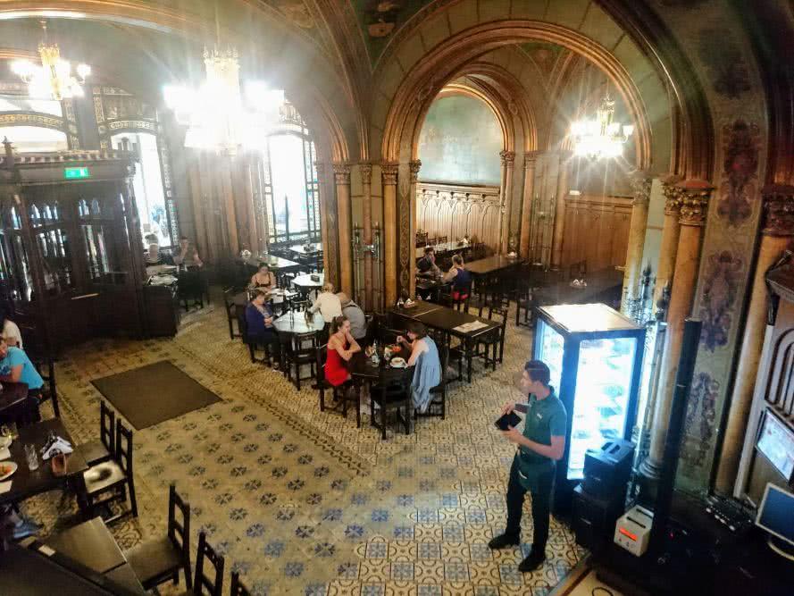 Gut Speisen und Trinken um Bukarester historischen Brauhaus - Caru' cu bere