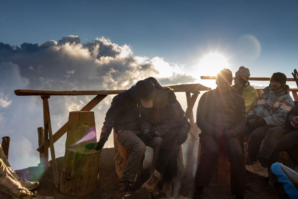Acatenango Vulkan Dramatisches Licht umgibt die Gruppe zum Sonnenuntergang