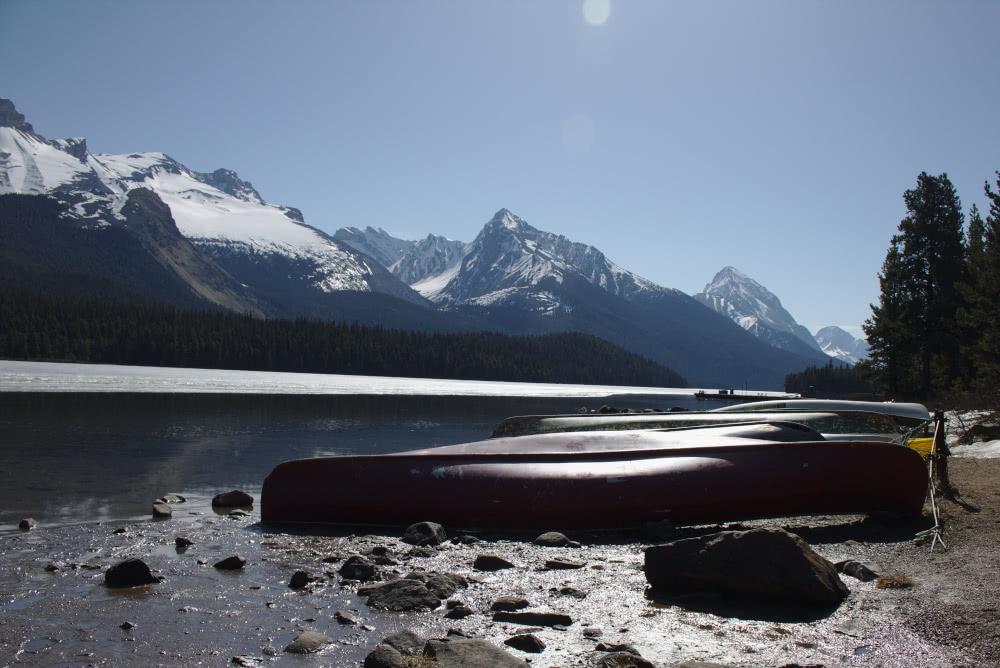 Kanada Der Maligne Lake im Jasper Nationalpark reflektiert auch im Mai
