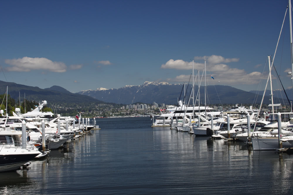 Kanada Vancouvers Hafen mit einer beeindruckenden Aussicht auf die hohen Berge