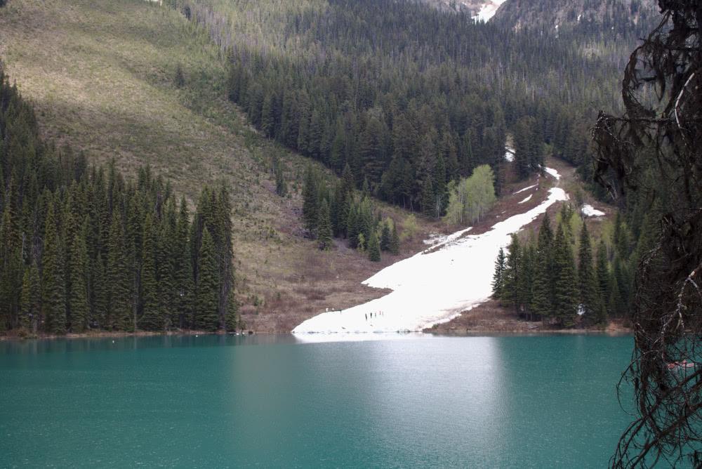 Kanada-Rundreise im Mai Schneelawine im Mai am Emerald Lake