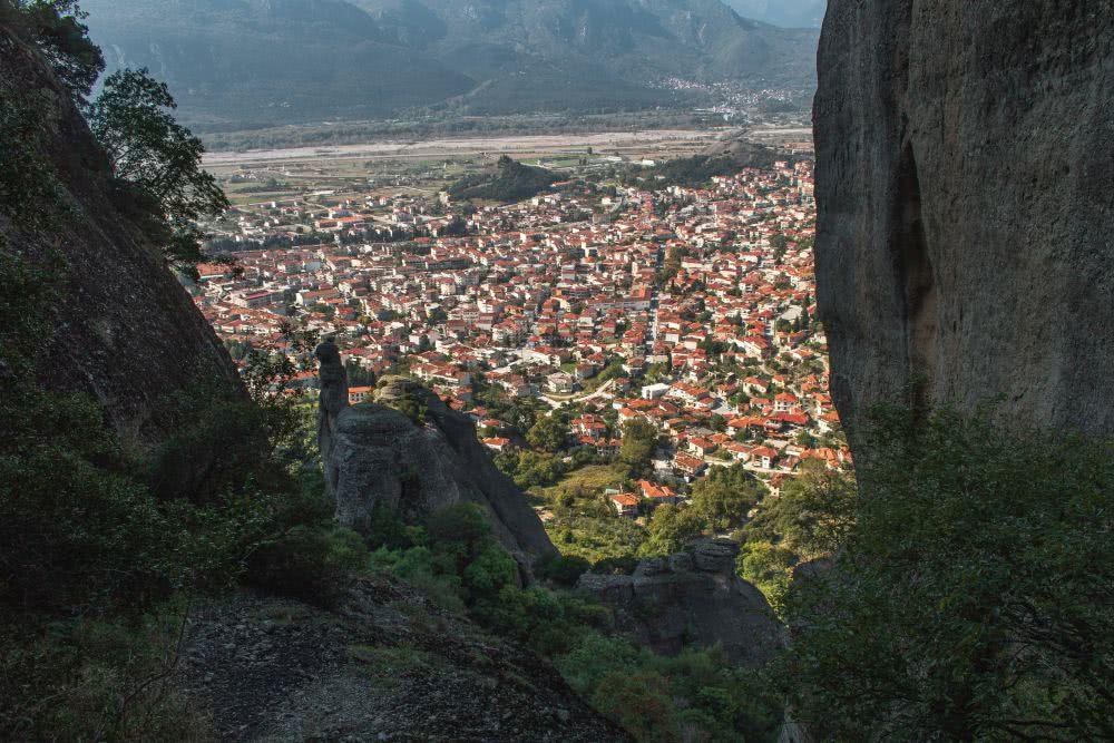 Wandern Meteora Und plötzlich endet ein Wanderpfad mit grandioser Aussicht auf Kalambaka