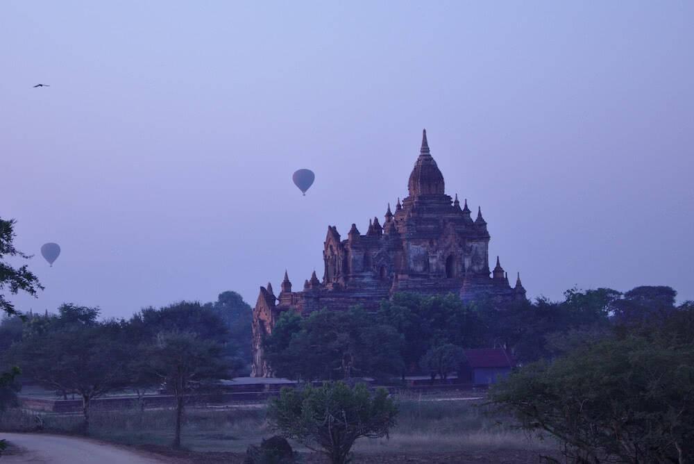 Ein Heißluftballon über einem Tempel.