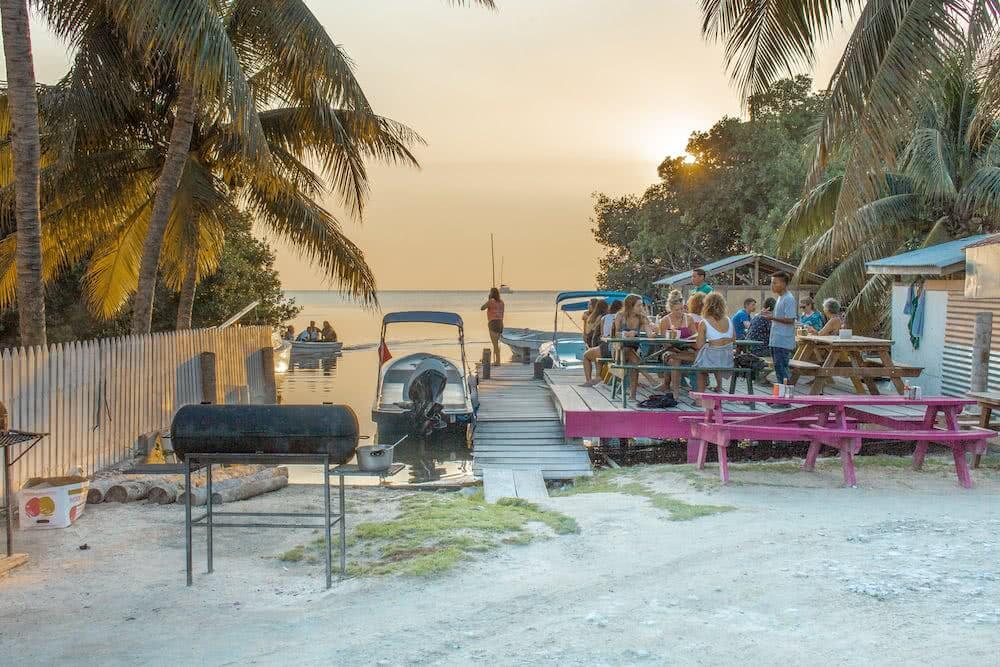 Am Abend konnten wir in einer der vielen Bars am Strand von Caye Caulker den Tag ausklingen lassen.