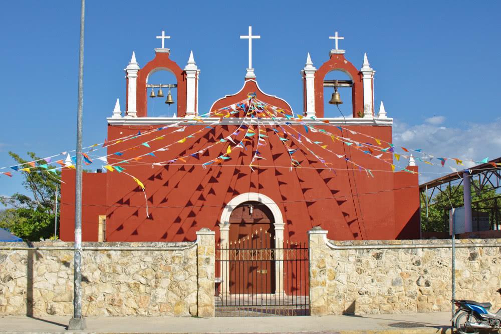 Mexiko Celestun Ebenso eine farbenfrohe Kirche.