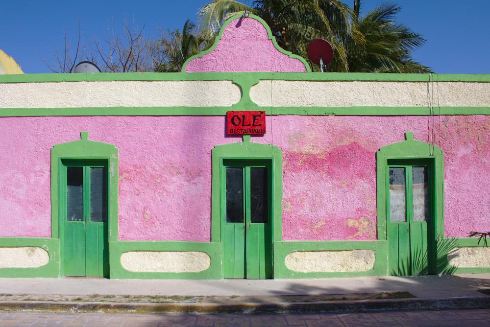 Mexiko Farbenfrohe Häuser ziehen sich entlang des Strandes durch den Ort Celestún