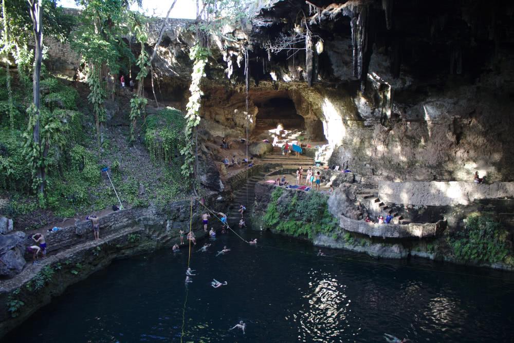Cenote Zaci Das Wasserbecken unter der Höhlendecke