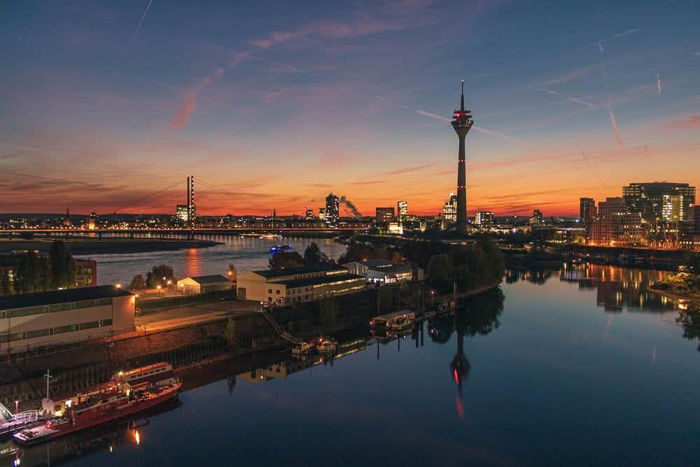 Europas schönste Reiseziele Der Rheinturm und Medienhafen zum Sonnenaufgang