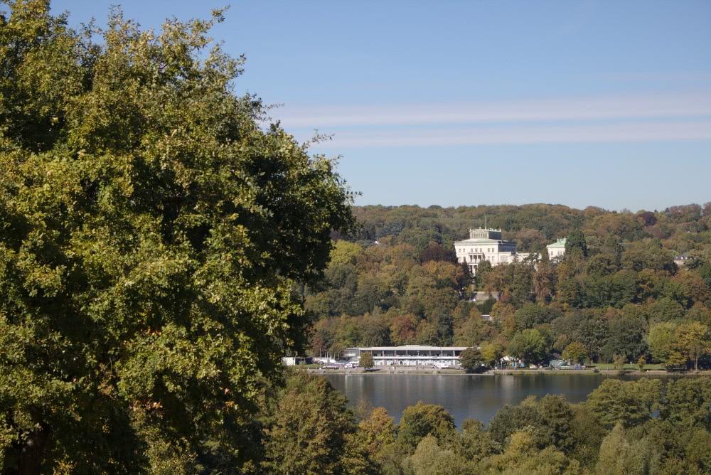 Der Blick auf die Villa Hügel vom Wegesrand aus