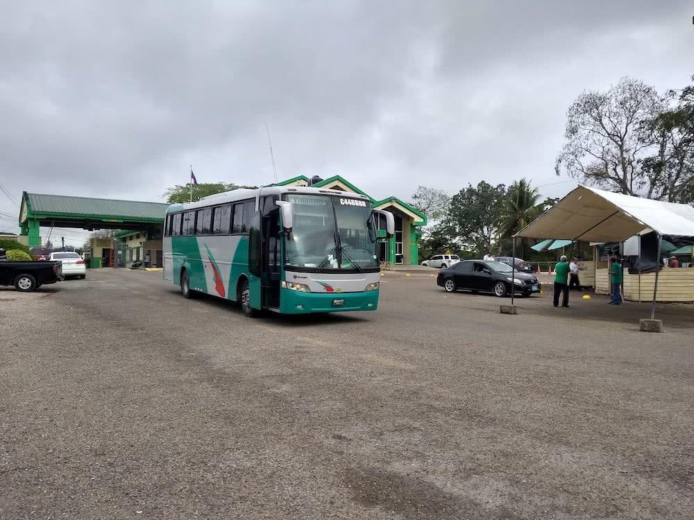 Überland mit dem Bus Der Grenzübertritt von Der Grenzübergang von Guatemala nach Belize war überhaupt kein Problem.
