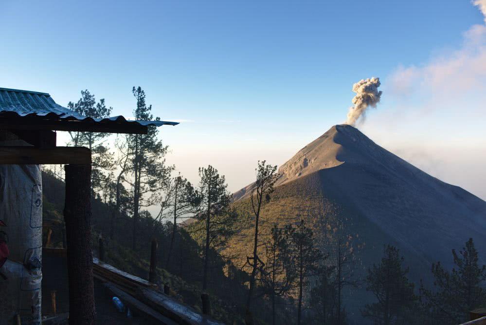 Guatemala Abenteuer Aussicht vom Acatenango  auf den Vulkan Fuego