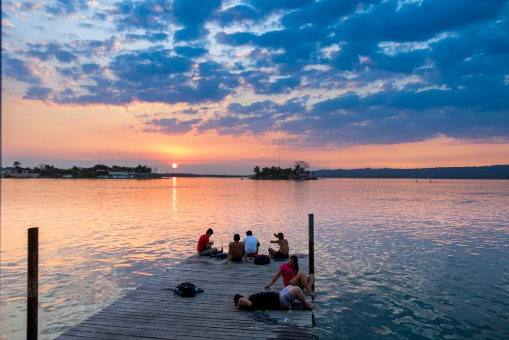 Guatemala Ein Sonnenuntergang am Ufer von Flores