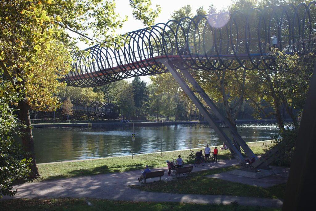 Ruhrgebiet Die Brücke Slinky Springs in Oberhausen im Herbst
