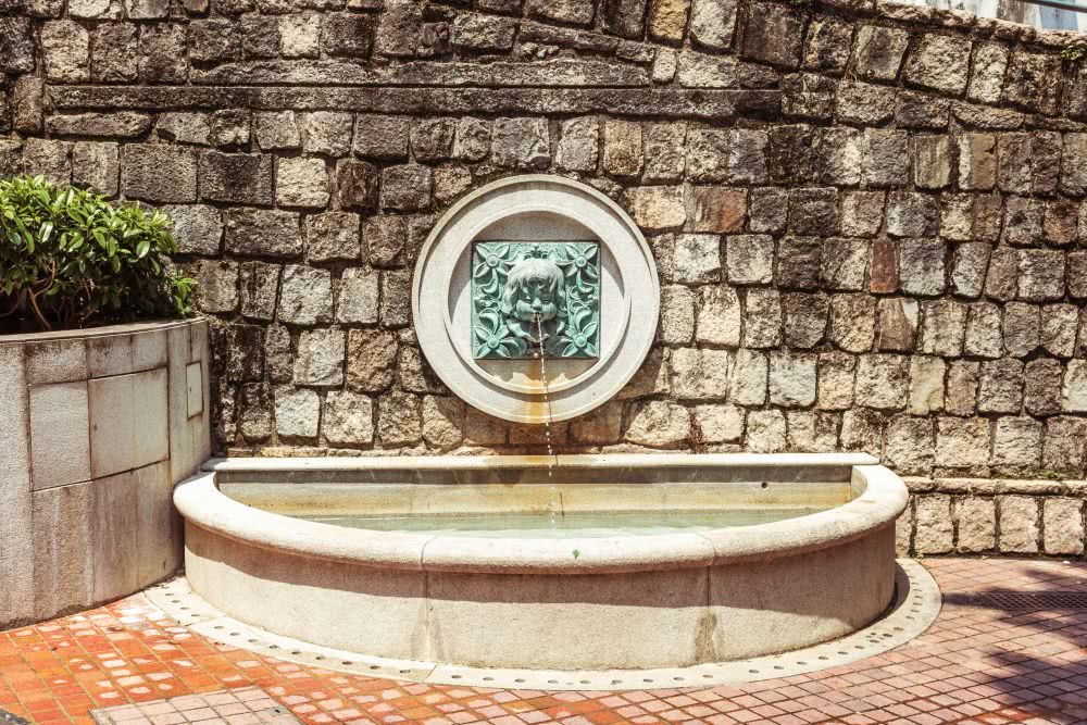 Ein Brunnen im westlichen Stil am Quiosque do Largo do Lilau