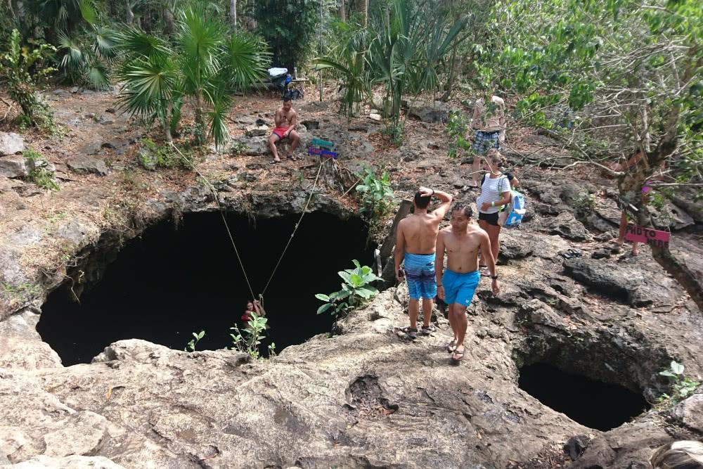 Cenote Tulum In gleich mehrere Löcher können die Besucher hineinspringen