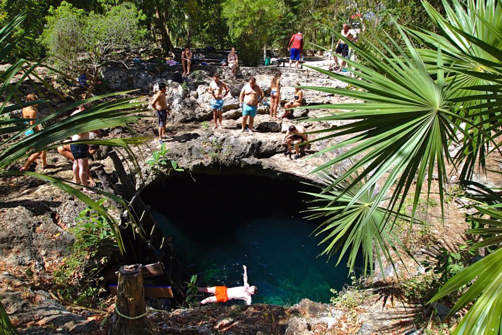 Mexiko Einigige Besucher versammeln sich um die Cenote Calavera