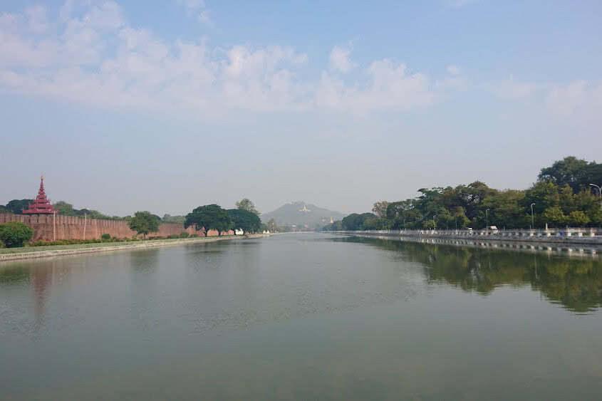 Myanmar Mandalay Hill ganz im Hintergrund