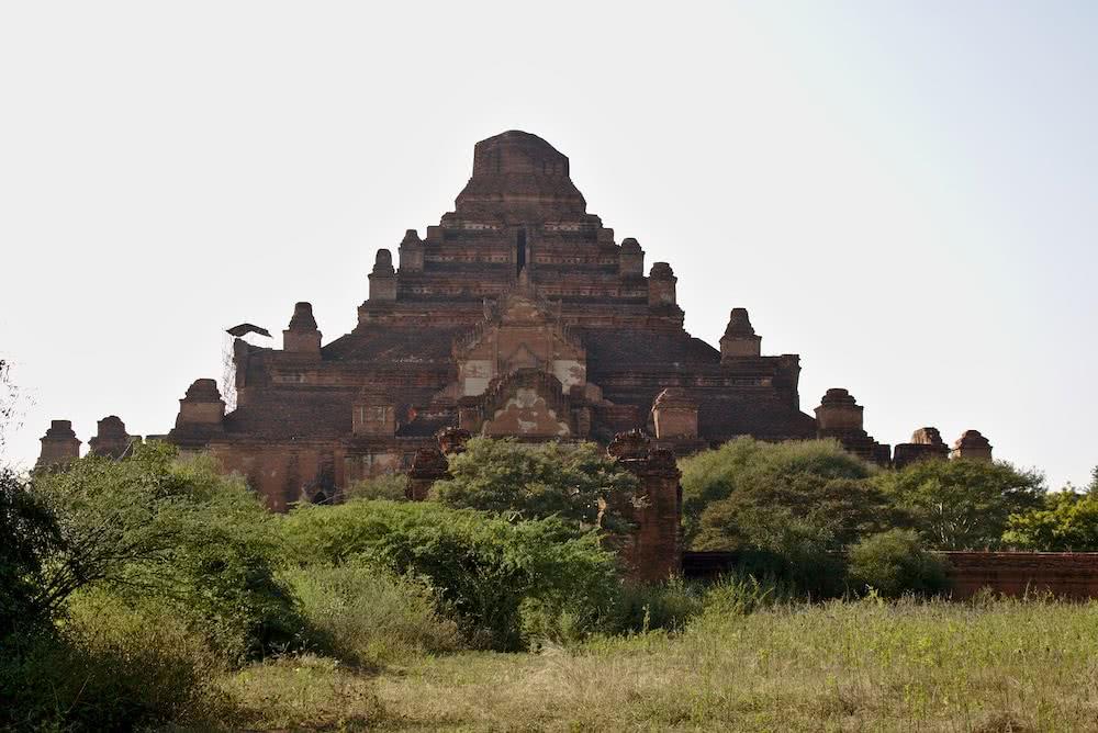 Eine der vielen Pagoden in Old Bagan.
