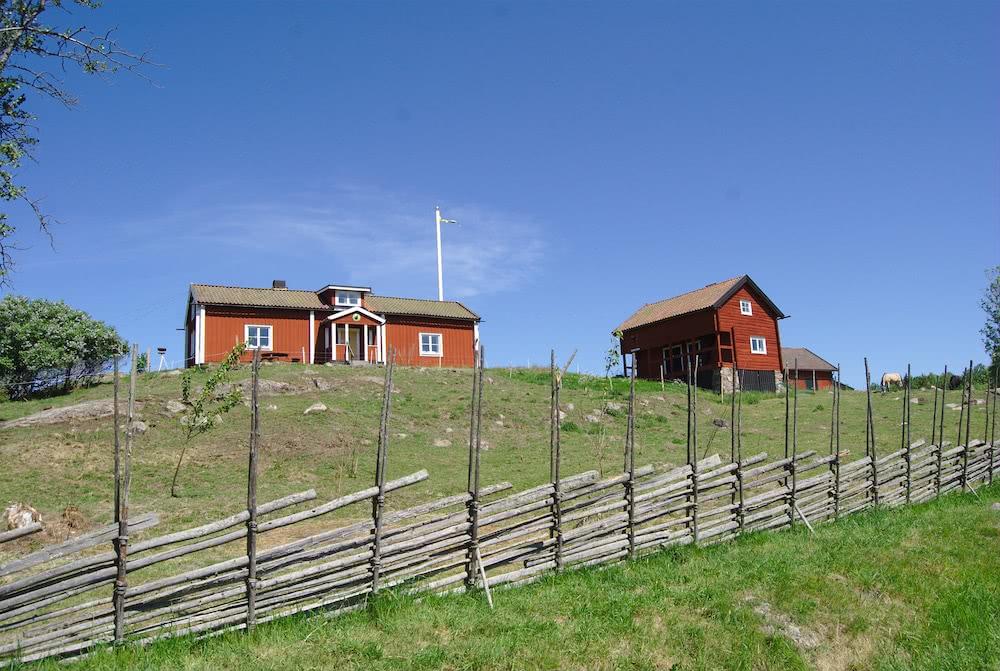 Diese typischen roten Häuser empfangen einen am Eingang des Tyresta Nationalparks.