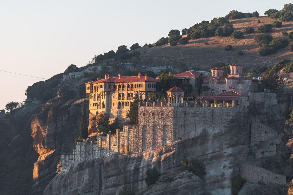 Das Kloster Metamorphosis leuchtet zum Sonnenaufgang