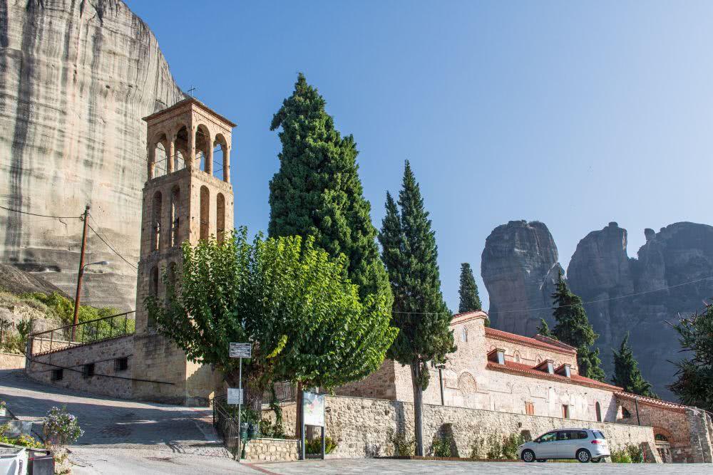 Meteora An der Kirche Jungfräuliche Maria startet der offizielle Wanderpfad Agia Triada Trail