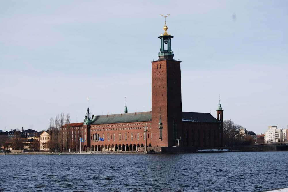 Das Rathaus von Stockholm liegt im Zentrum der Stadt.