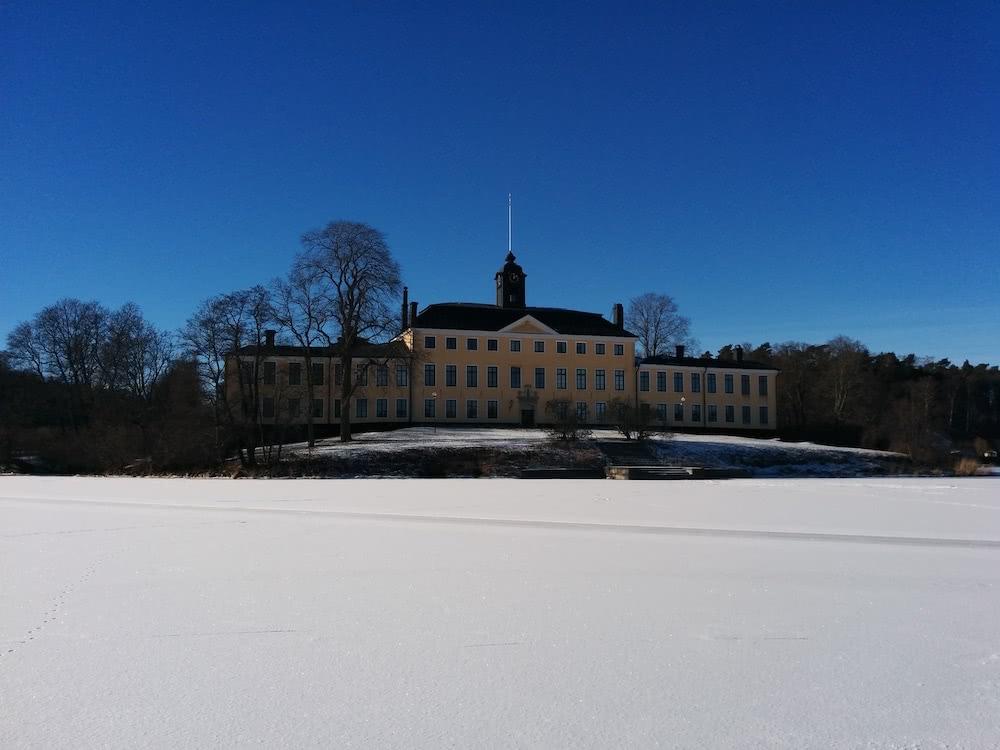 Im Winter hat man einen großartigen Blick vom gefrorenen See auf das Ulriksdal Schloss.
