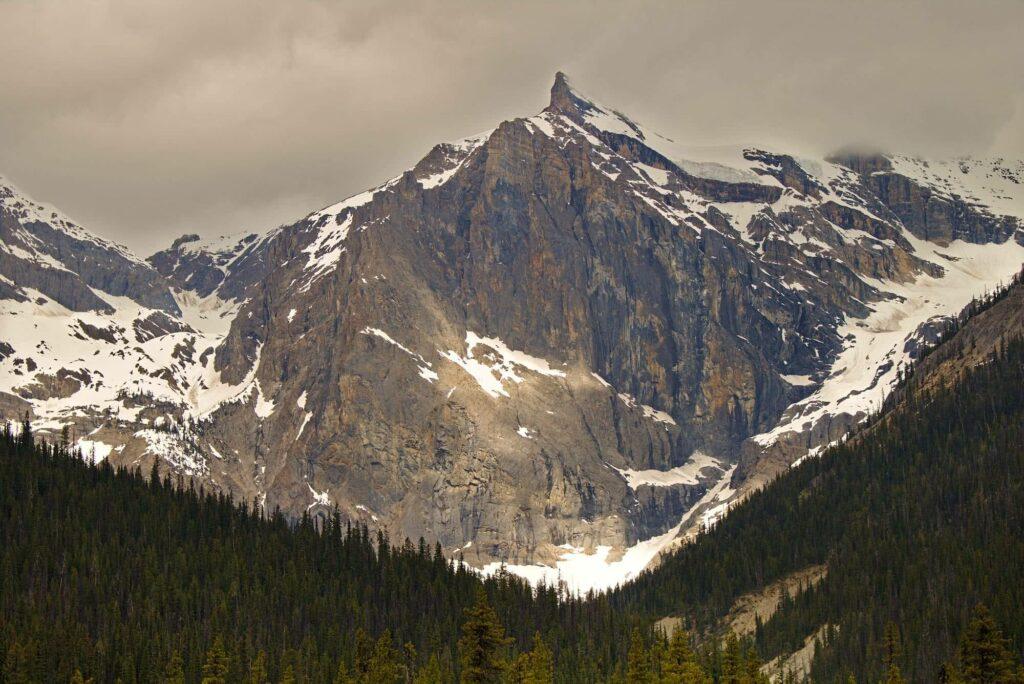 Vereinzelte Sonnenstrahlen erzeugen eine ganz spezielle Stimmung rund um den mächtigen Berg.