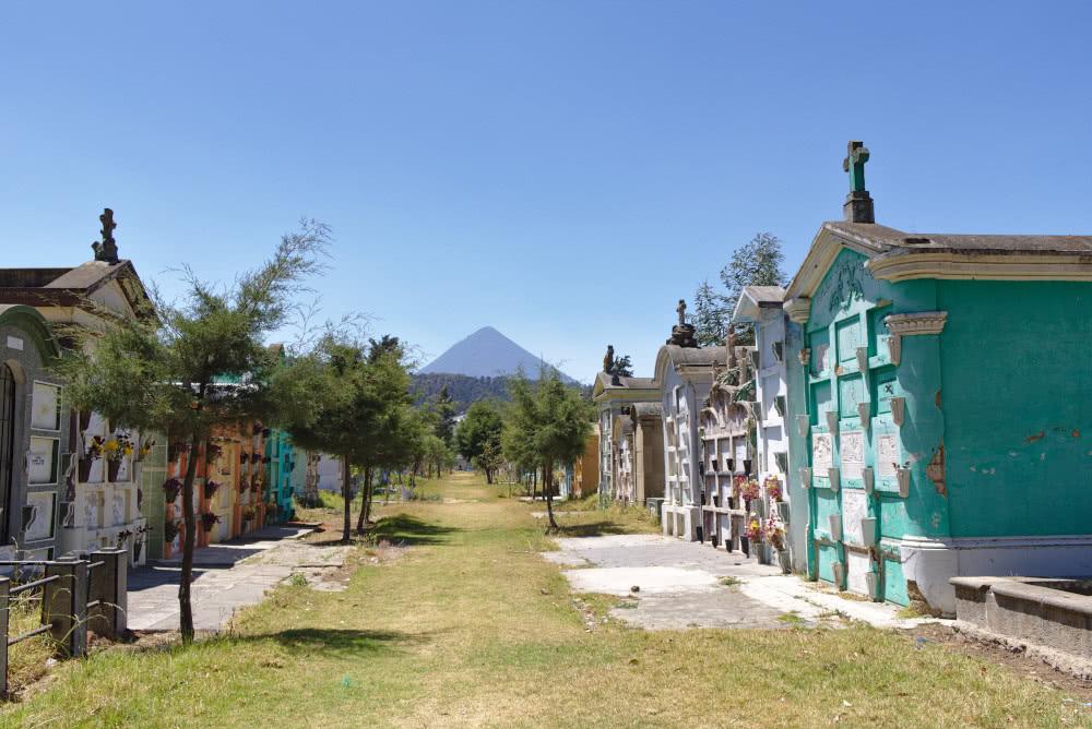 Guatemala Der Fiedhof in Xela und die Aussicht auf einen der Vulkane
