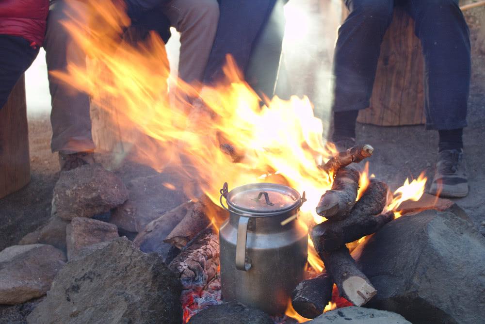 Auch das Frühstück wurde im Lagerfeuer zubereitet