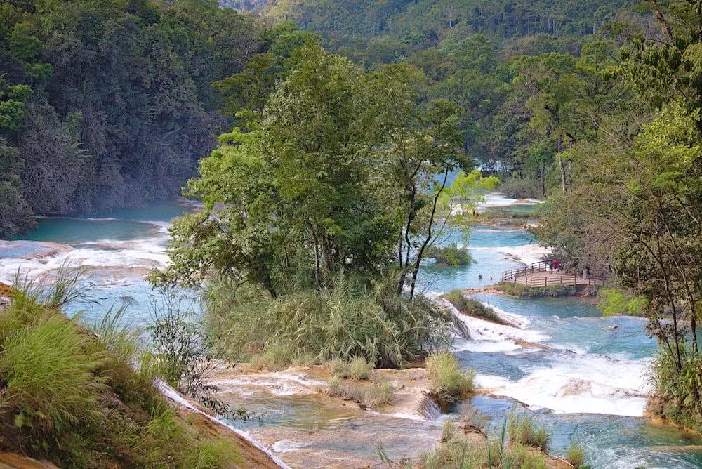 Spektakuläre Blicke bieten die Aussichtspunkte von Agua Azul entlang des Flusses.