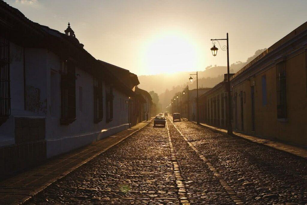 Wunderschön ist der Sonnenaufgang in den Gassen von Antigua.
