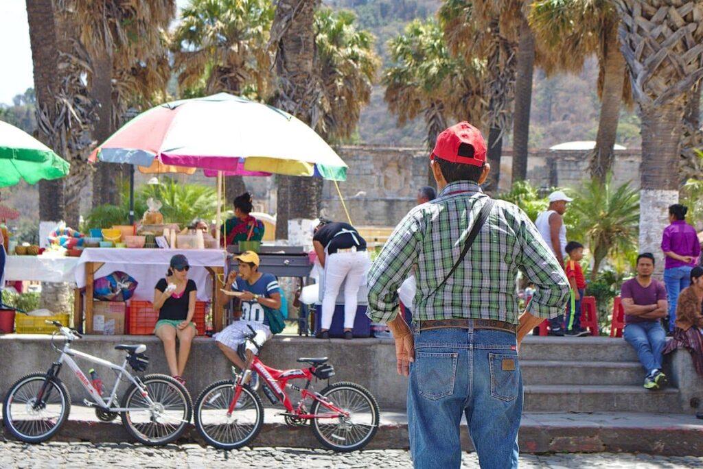 Auch wenn viele Touristen die Stadt besuchen, sieht man viele Einheimische in Antigua.