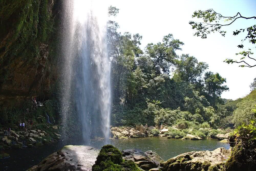Ein Weg führt die Besucher auch hinter den Wasserfall.